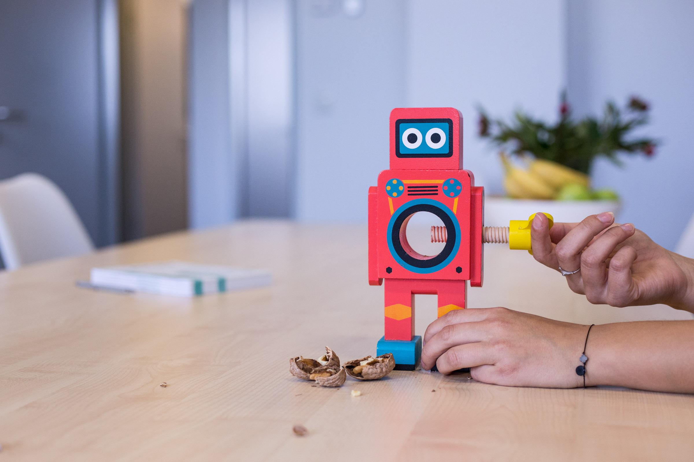 Nüsse knackender Roboter